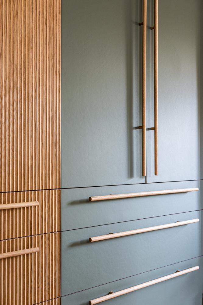 Long oak handles-forgo kitchen-fluted oak